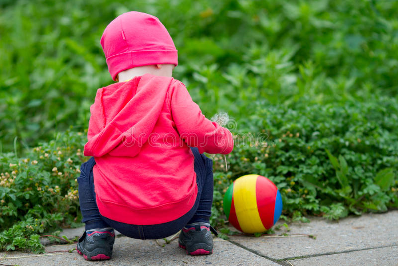 Bébé avec une boule en parc photographie stock