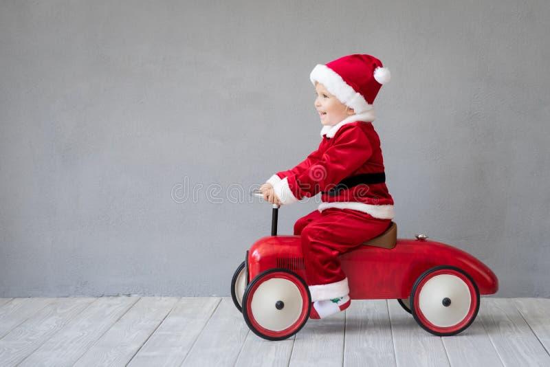 Bébé ayant l'amusement au temps de Noël photos stock