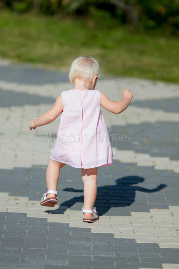 Bébé ayant ses premières étapes photographie stock