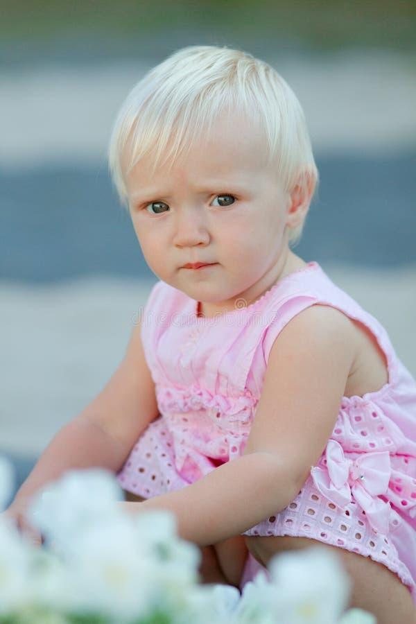 Bébé blond mignon dehors photos stock