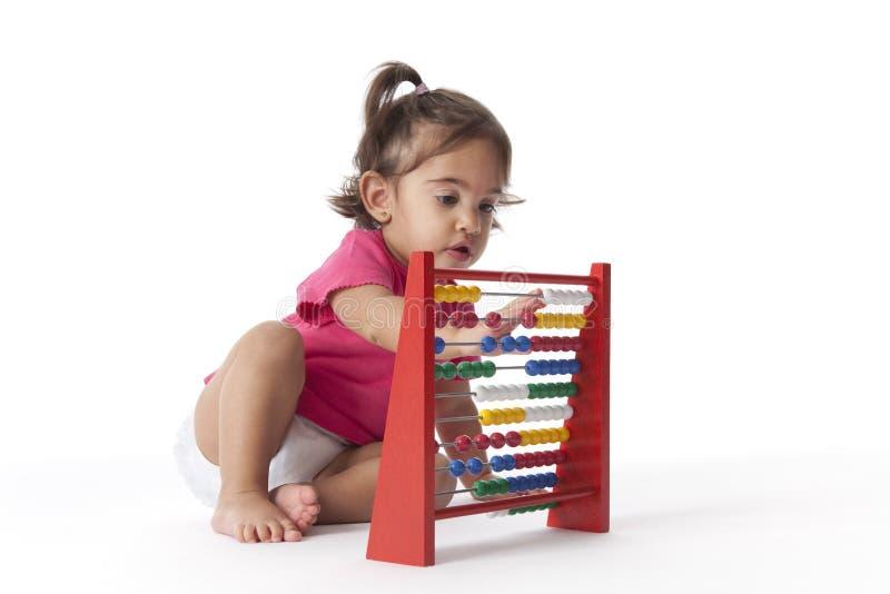 Bébé comptant avec l'aide d'un abaque image libre de droits