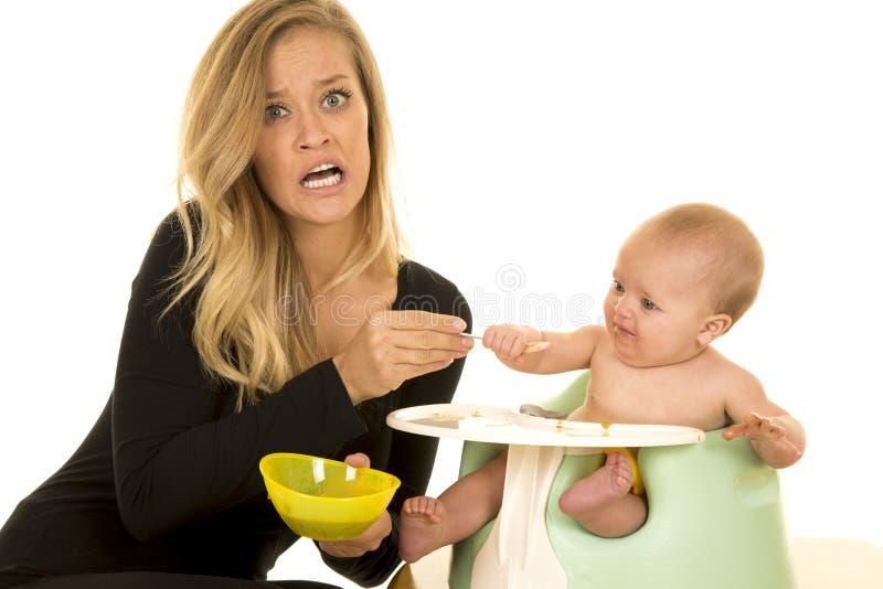 Bébé d'alimentation d'effort de mère photographie stock libre de droits