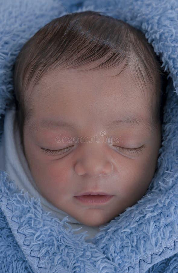 Bébé dans la couverture bleue photo libre de droits