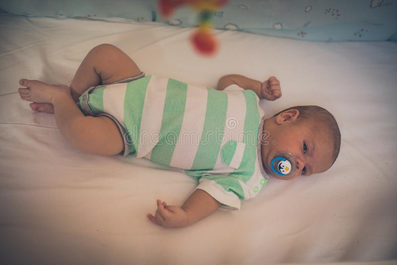 Bébé dans la huche photo libre de droits