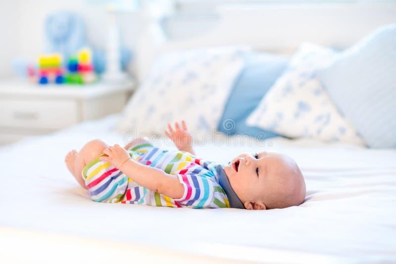 Bébé dans le bâti image libre de droits