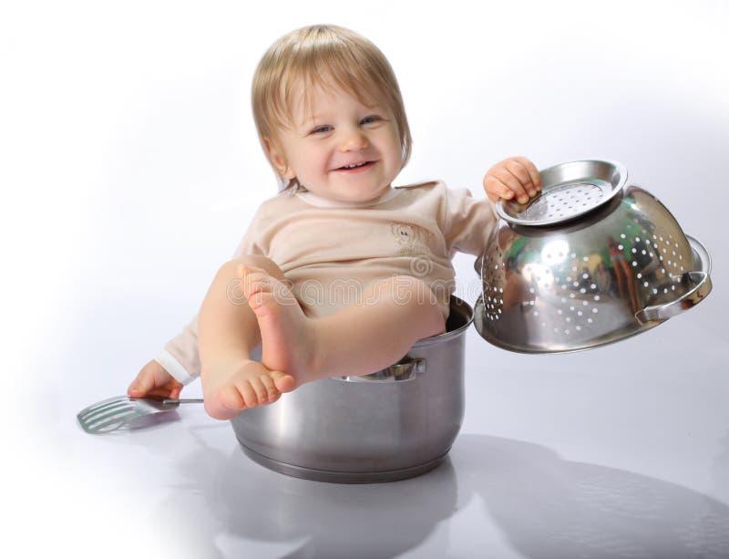 Bébé dans le carter de cuisine images stock
