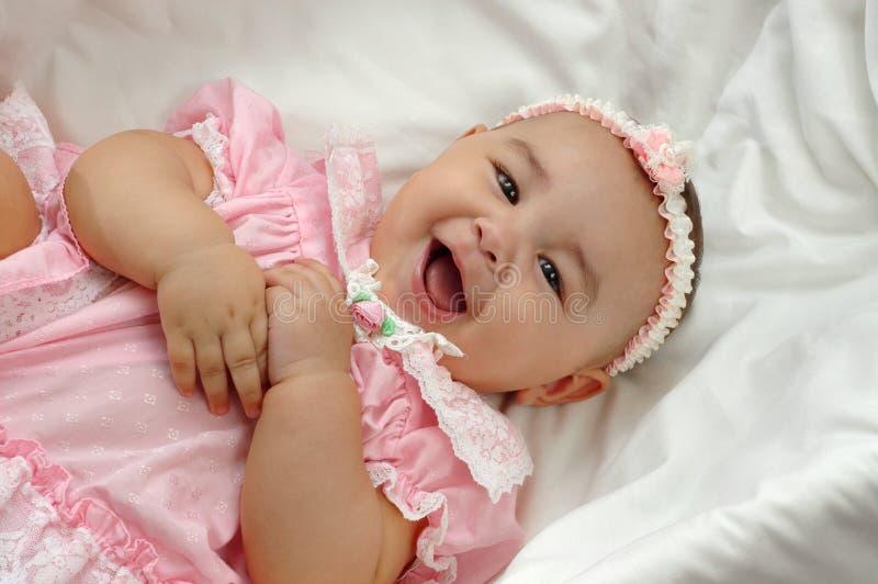 Bébé dans le rose 6 mois photographie stock libre de droits