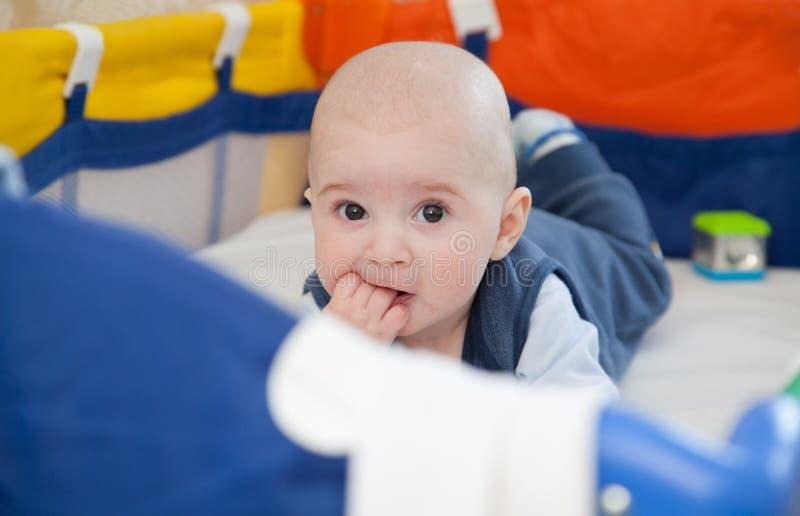 Bébé dans un berceau de bébé image stock