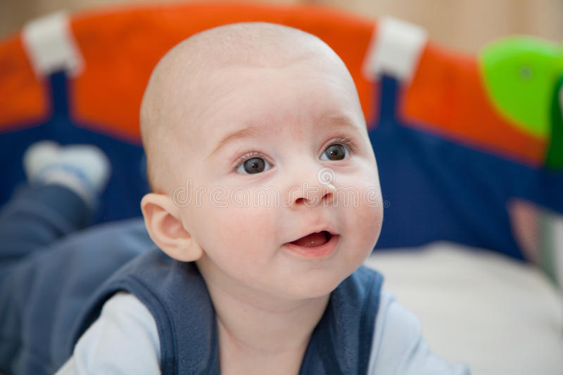 Bébé dans un berceau de bébé photos stock