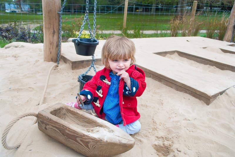 Bébé dans un puits de sable photo libre de droits