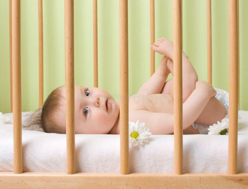 Bébé dans une huche photographie stock libre de droits