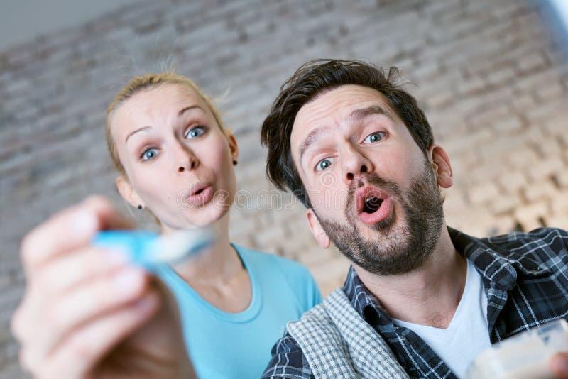 Bébé de alimentation de jeunes couples photos libres de droits