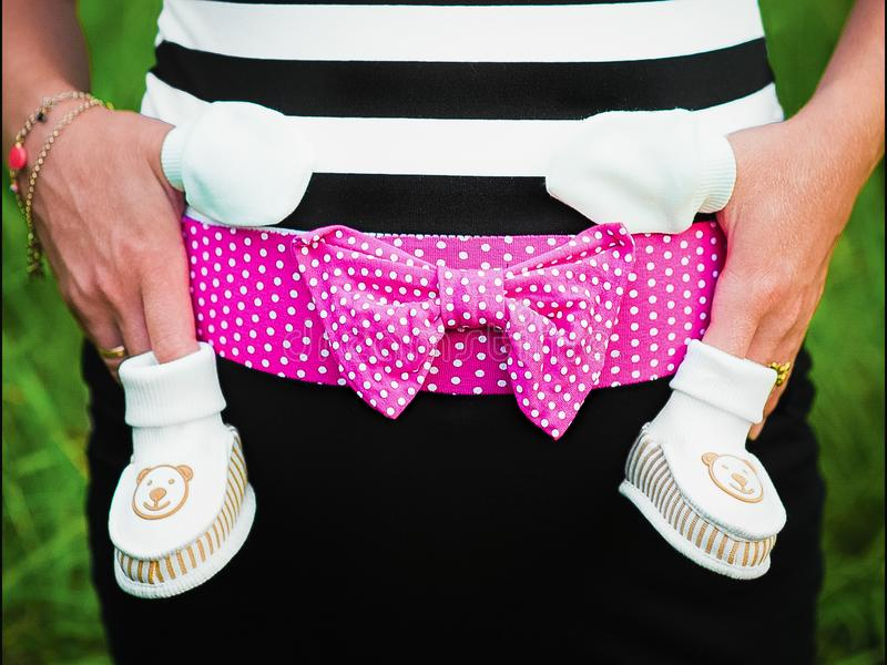 Bébé de attente, vêtements de bébé pour un nouveau-né image stock