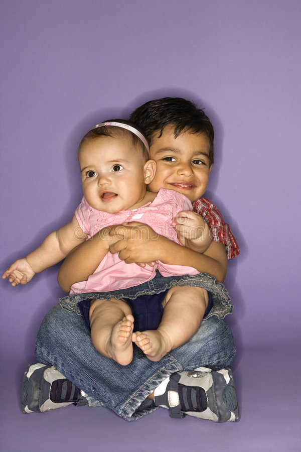 Bébé de fixation de garçon. image stock
