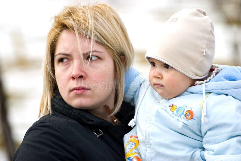 Bébé de fixation de mère photos libres de droits
