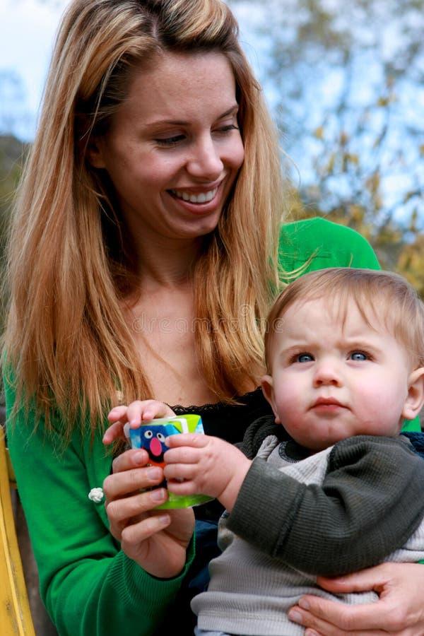 Bébé de fixation de mère images libres de droits