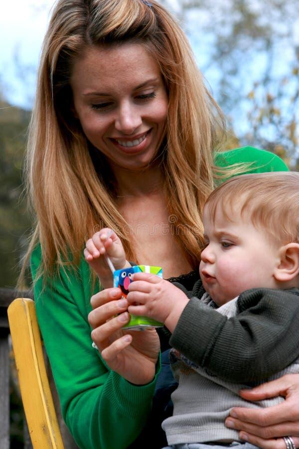 Bébé de fixation de mère photo libre de droits