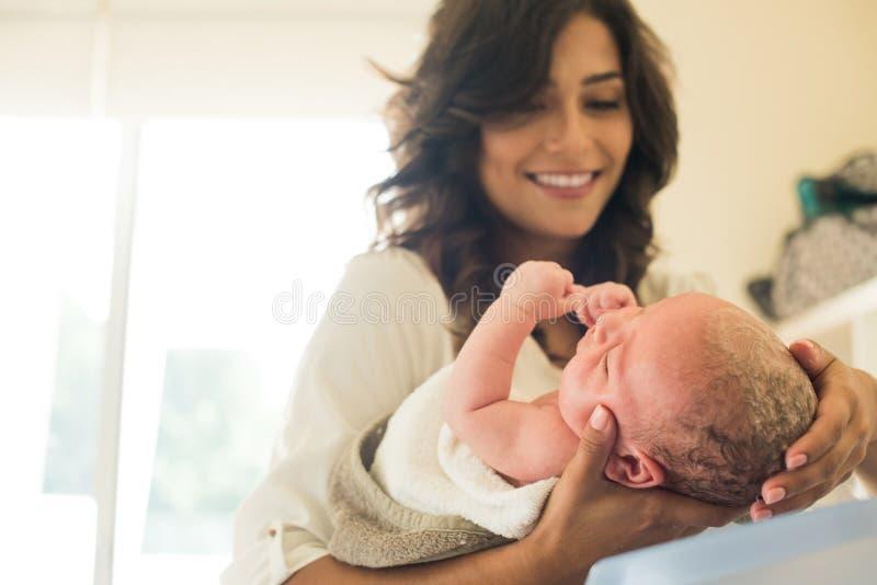 Bébé de lavage de mère dans la baignoire images libres de droits