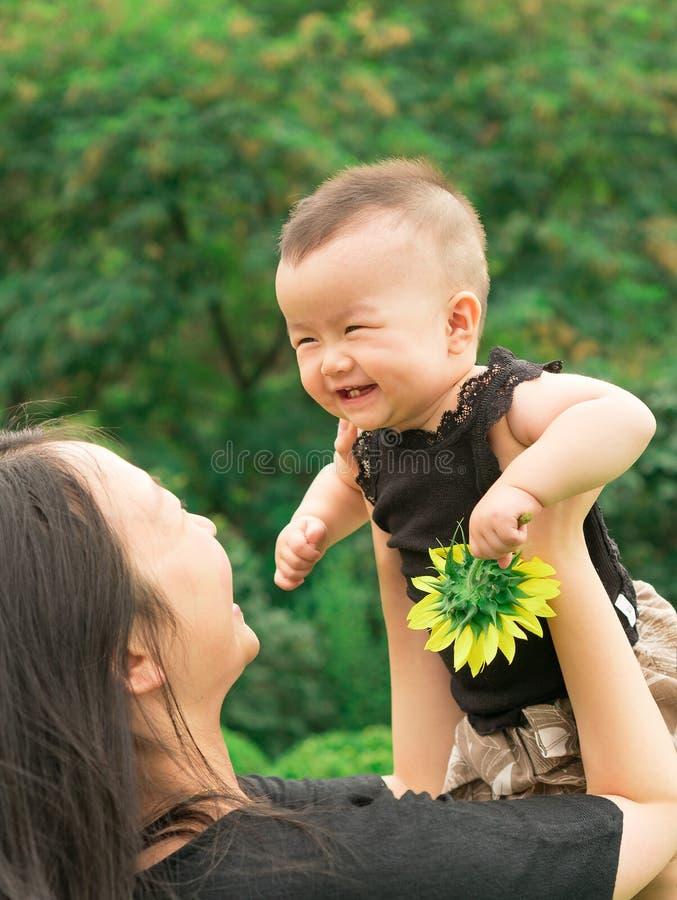 Bébé de levage de mère  photos libres de droits