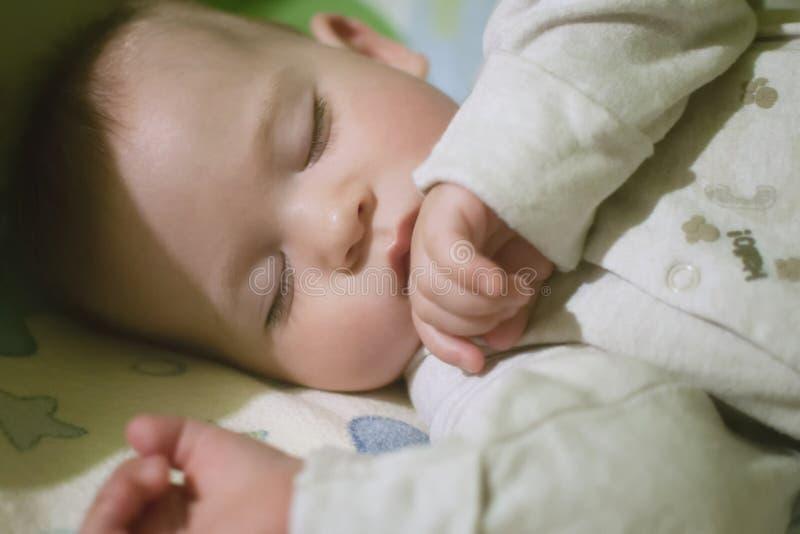 Bébé de sommeil dans le lit photo stock