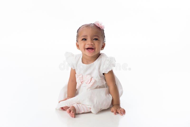 Bébé de sourire portant une robe blanche photo libre de droits