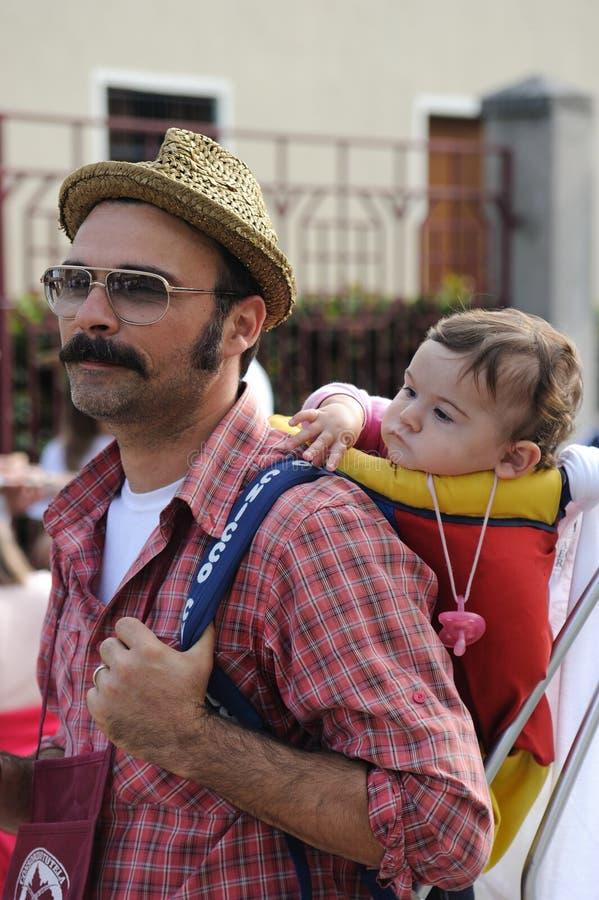 Bébé de transport d'homme d'agriculteur sur ses épaules image stock