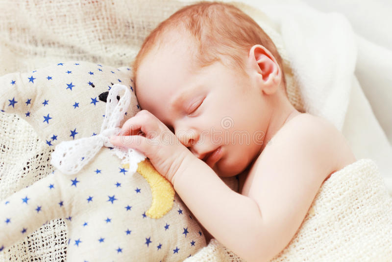 Bébé dormant avec son ours de nounours images libres de droits