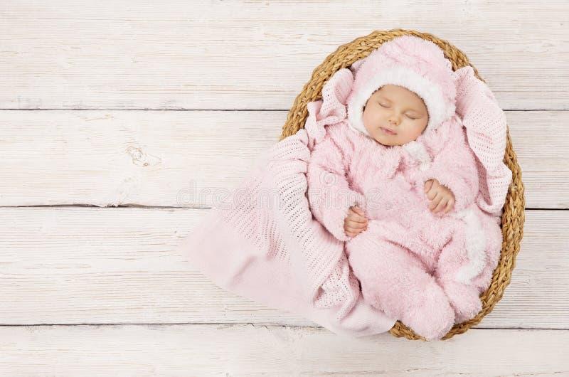 Bébé dormant, sommeil nouveau-né d'enfant dans l'habillement rose, nouveau-né images stock