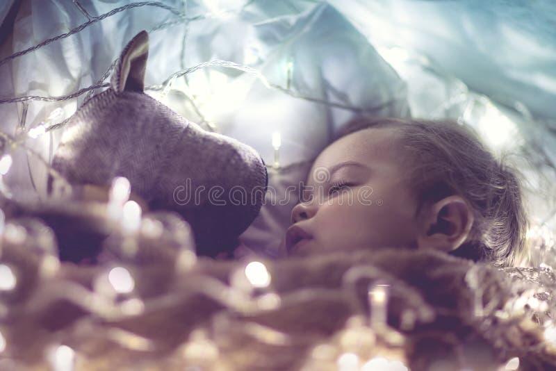 Bébé doux dormant avec le jouet mou photos stock