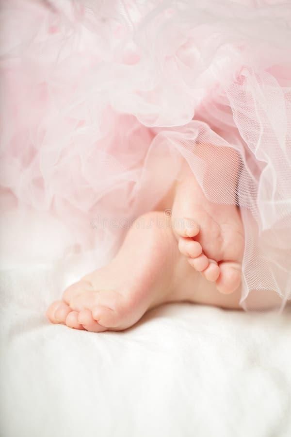 Bébé doux, petits pieds photo libre de droits
