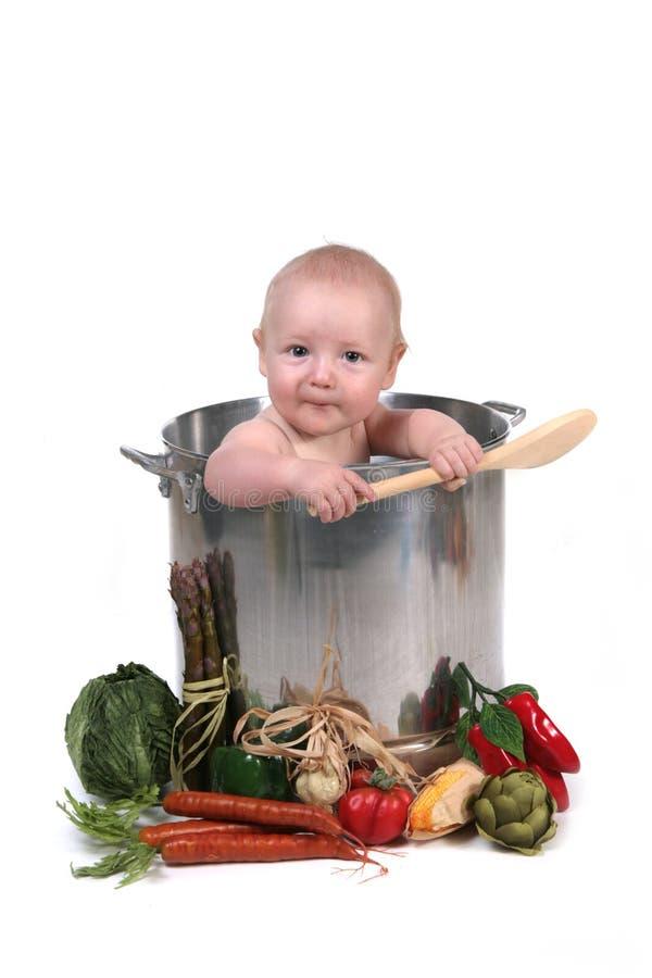 Bébé drôle dans un bac de chef photo libre de droits