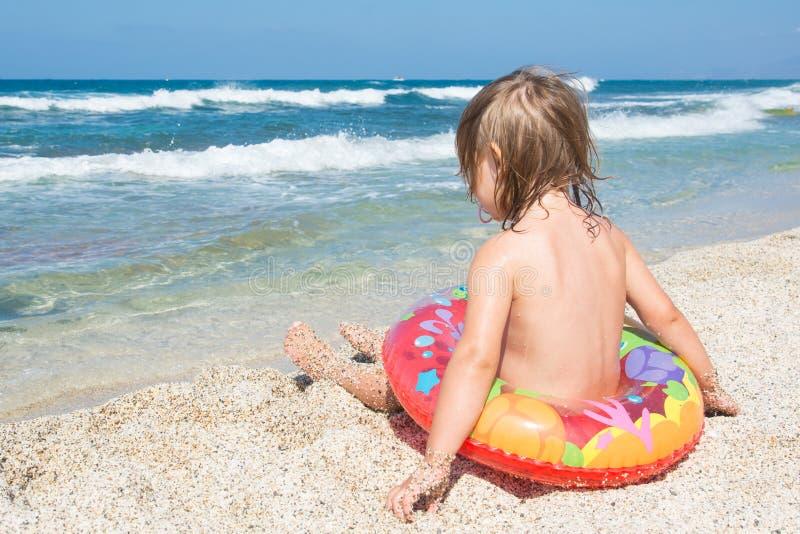 Bébé en été à la plage photo stock