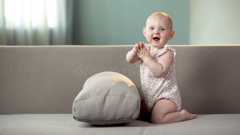 Bébé en bonne santé jouant dans la bonne humeur, des mains de applaudissement et riant, enfance heureux image stock