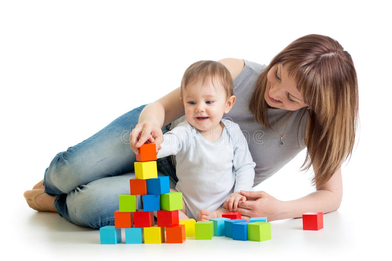 Bébé et mère jouant ainsi que des jouets photos stock