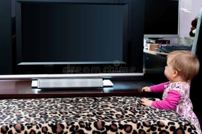 Bébé et TV image libre de droits