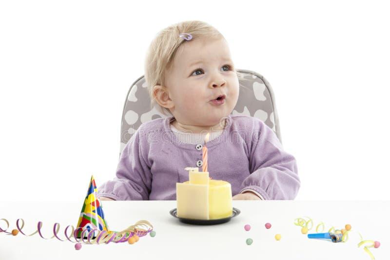 Bébé faisant isoler son premier anniversaire, sur le blanc photos stock