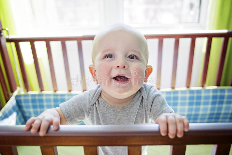 Bébé garçon adorable dans sa huche photo stock