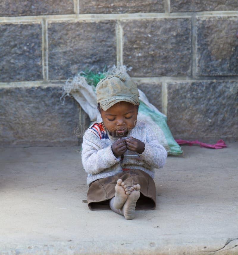 Bébé garçon africain seul photo stock