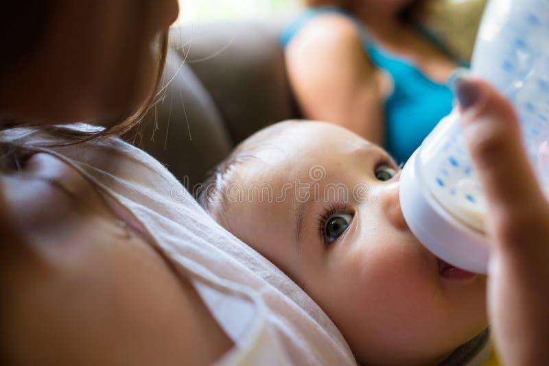 Bébé garçon alimenté par la mère image libre de droits