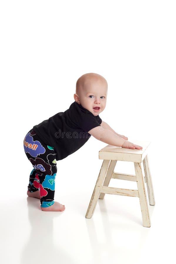 Bébé garçon apprenant comment se tenir photos stock