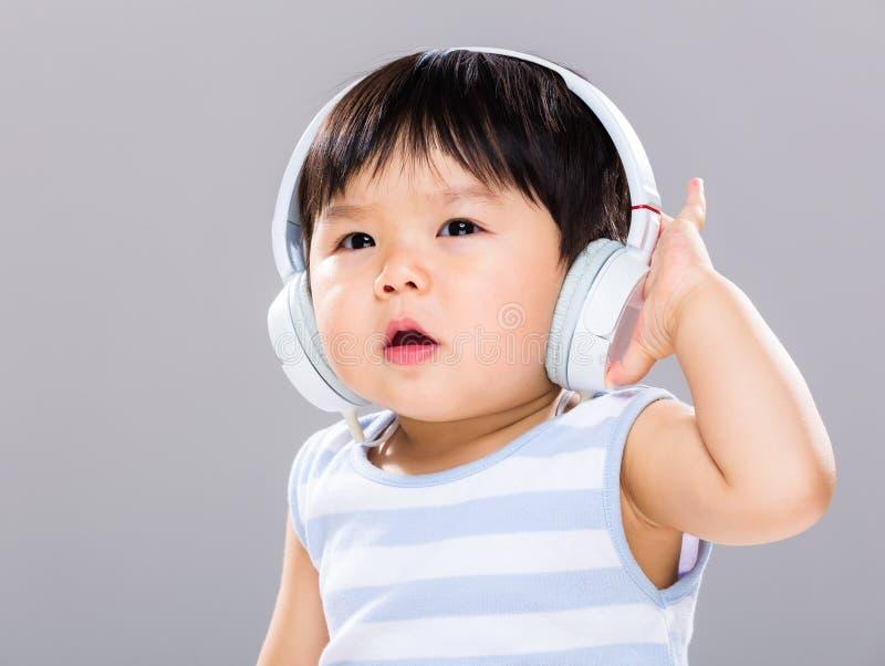 Bébé garçon avec l'écouteur photographie stock