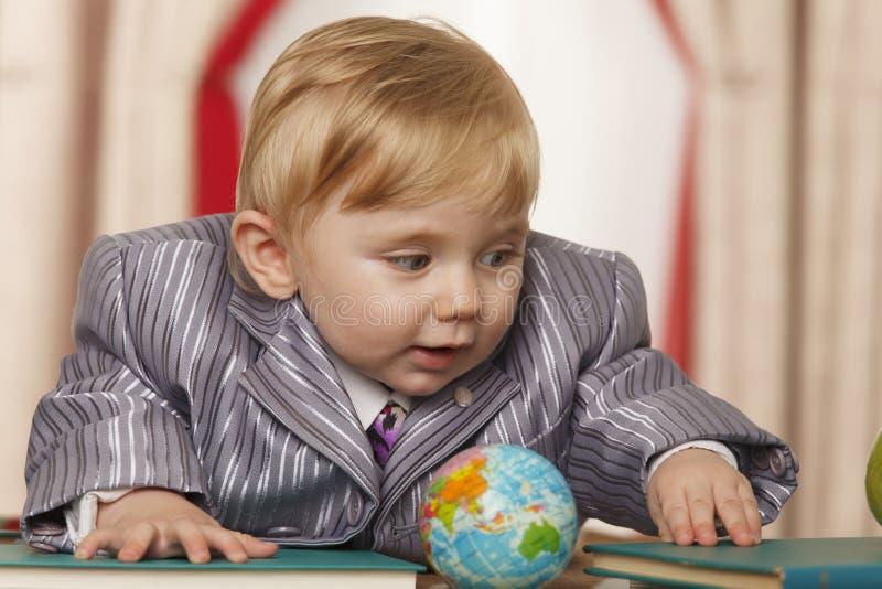 Bébé garçon avec le petit globe photo libre de droits