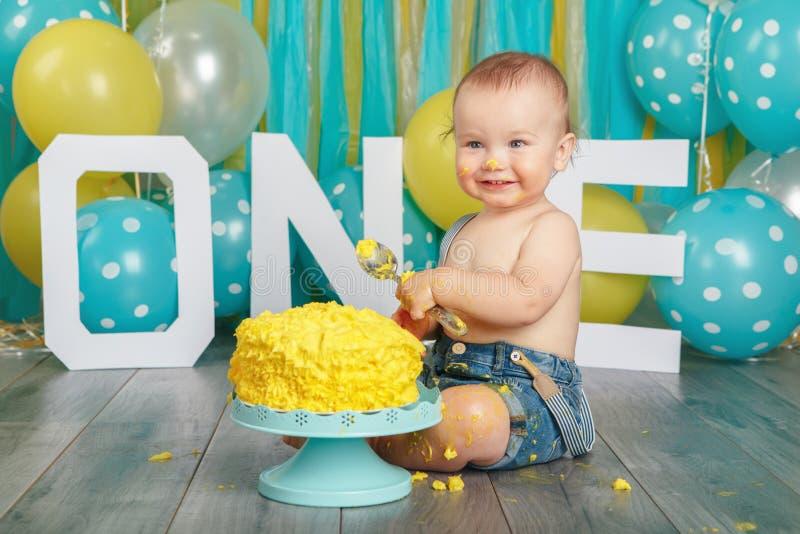 Bébé garçon caucasien célébrant son premier anniversaire Fracas de gâteau photos stock