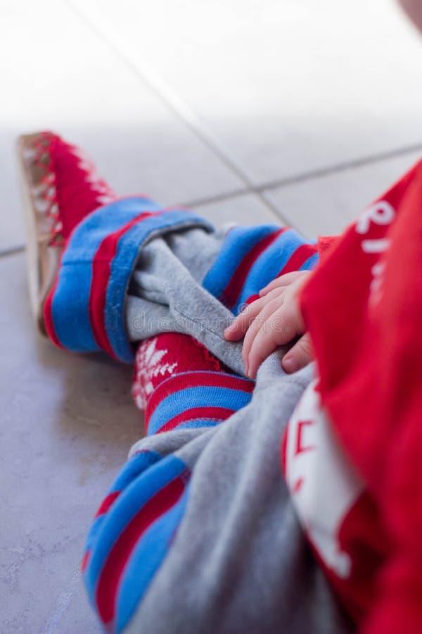 Bébé garçon dans des mocassins d'hiver photographie stock libre de droits