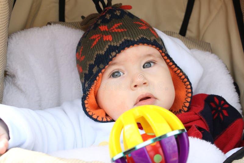 Bébé garçon dans un chariot images libres de droits