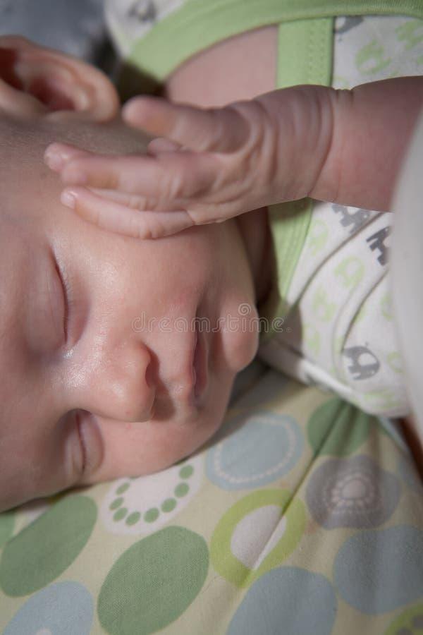 Bébé garçon de sommeil images libres de droits