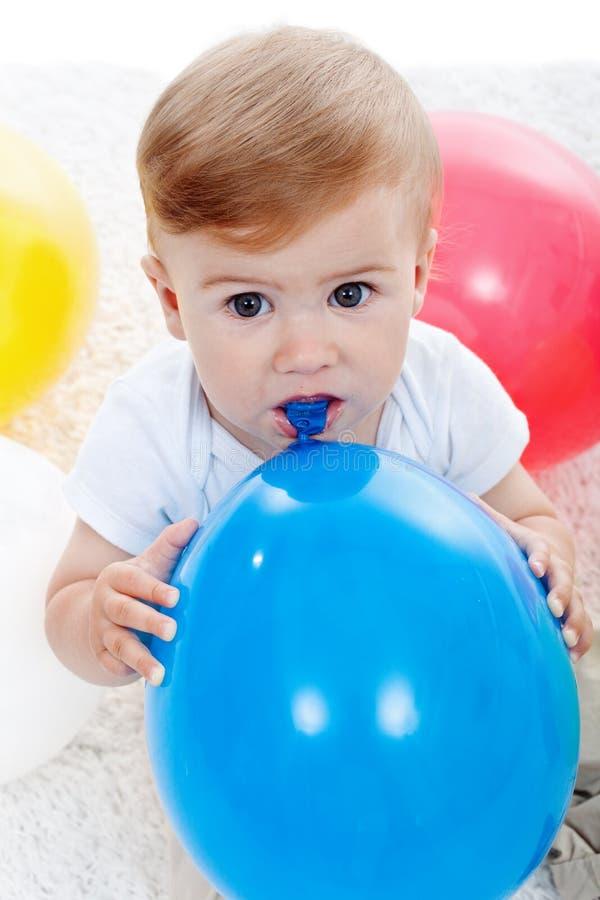 Bébé garçon et ballons photos libres de droits