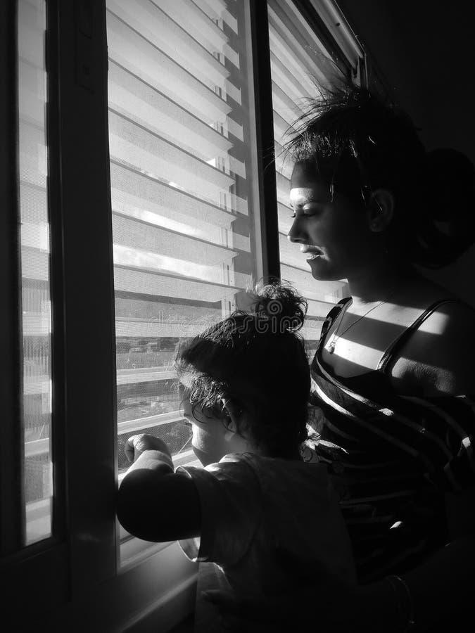 Bébé garçon et mère noirs et blancs photo libre de droits