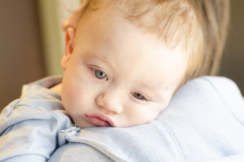 Bébé garçon fatigué photos libres de droits