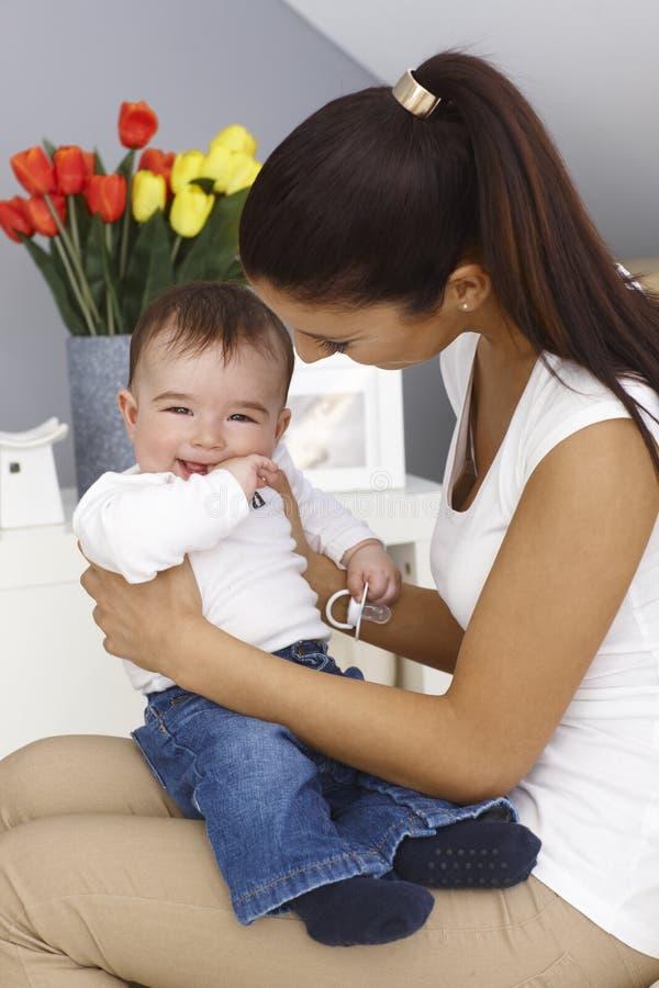 Bébé garçon heureux avec la mère photographie stock